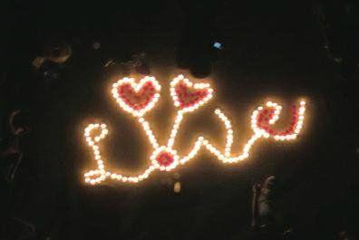 """上百根蜡烛摆成一个大大的""""LOVE"""""""