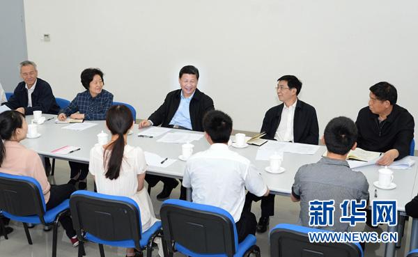 5月14日至15日,中共中央总书记、国家主席、中央军委主席习近平在天津考察工作。这是习近平在天津职业技能公共实训中心与高校毕业生、失业人员、农村富余劳动力代表座谈。新华社记者李涛摄