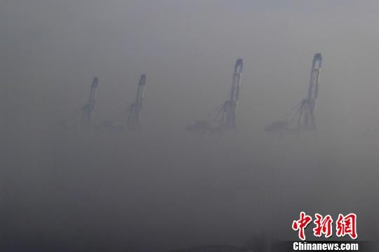 27日清晨开始,渤海湾烟台海域出现浓雾,烟台辖区44艘客船曾一度停航。 郝光亮 摄