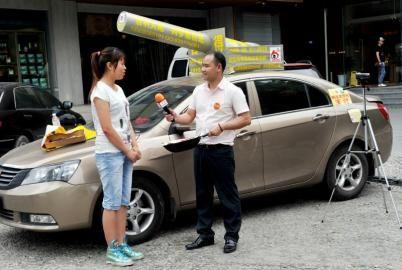 19日,王江在红星路二段附近乞讨,并采访一名市民关于梦想的话题。